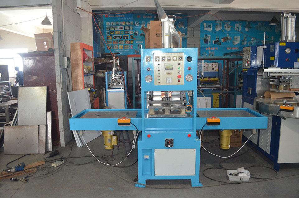 Automatic disc suction card welding machine